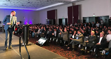 Expositor everis ante el público de Summit País Digital