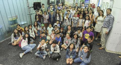 Niños y autoridades se reúnen en el lanzamiento de programa para jóvenes