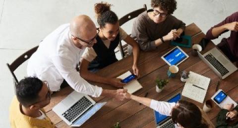 Personas diversas reunidas en una mesa