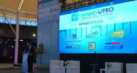 Ejecutivo everis expone en el escenario de lanzamiento de Smartemuco