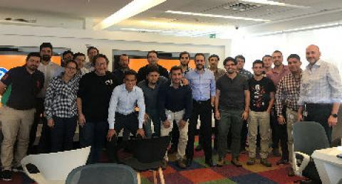 Colaboradores everis reunidos en centro de excelencia ágil