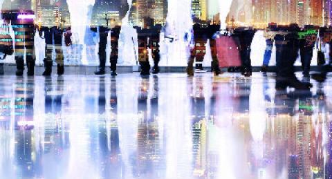 Grupo de personas ante una ciudad moderna y conectada