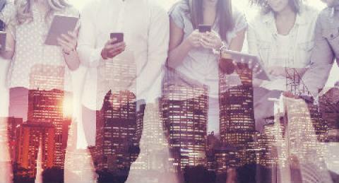 Personas revisando smartphones y tablets