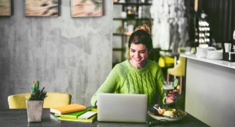 Una mujer trabajo con su notebook desde casa