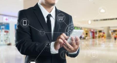 Hombre utilizando tablet en un comercio