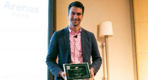 Emprendedor con su diploma de reconocimiento