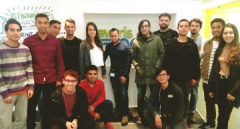 Grupo de jóvenes visita oficinas de everis