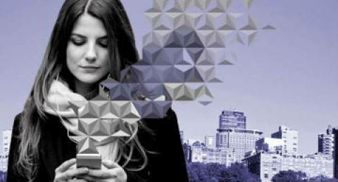 Mujer emprendedora que revisa su celular