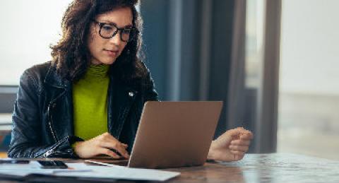 Mujer trabajando en su equipo