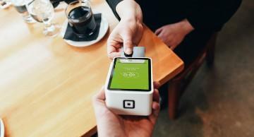 Imagen de persona pagando a través de su smartphone