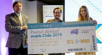 Ganador del Premio Actitud recibiendo su pasaje para la final en España