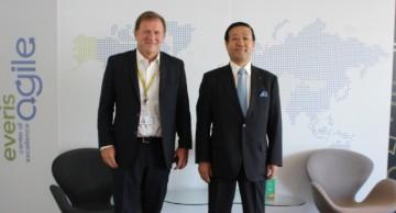 Dos ejecutivos en oficinas de everis